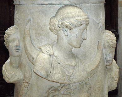 800px-Altar_Selene_Louvre_Ma508